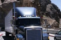 Dicker Truck fährt über den Hoover-Damm