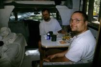 Fred und ich beim Frühstück im Wohnmobil