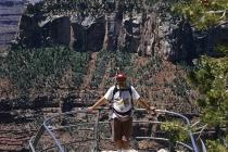 Ich auf Aussichtsplattform des Grand Canyon