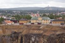 Kupfergrube von Falun mit Skisprungschanze im Hintergrund