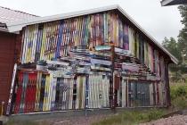 Haus mit Skiern bebrettert