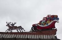 Weihnachtsmann am Dach vom Tomteland
