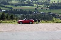 Ein Pärchen mit Cabrio unterwegs