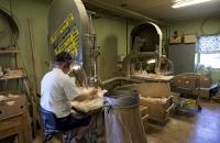 Hier werden die Figuren aus dem Holz geschnitten
