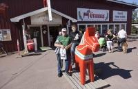 Markus, ich und ein großes Dalarna Pferd