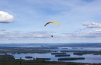 Paragleiter in Richtung Siljansee unterwegs