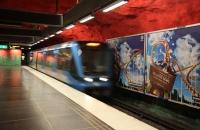 Einfahrende U-Bahn in Solna Centrum