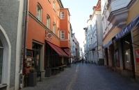 Schmale Gasse in der Altstadt von Regensburg