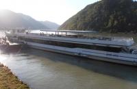 Ein Schiff in der Donauschlinge