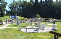 Diverse Steinskulpturen nahe dem Parkplatz des Baumkronenweg in Kopfing