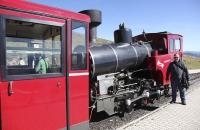 Der Eisenbahnerbub neben einer Dampflok :D