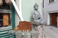 Etwas eigenwillige Kombination von Buddhastatue und Wildschwein in Hallein