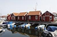 Typische, kleine, rote Häuser im Hafen