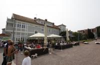 Bei dem schönen Wetter sassen viele Leute im Freien des Cafe