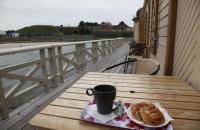 Kaffee und Kanelsnäcka mit Blick auf die Festung Varberg