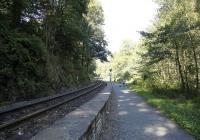 Der Wanderweg verlief teilweise unmittelbar neben den Geleisen der Bahn