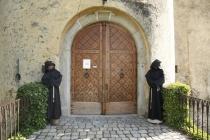 Gut bewachter Eingang der Burg von Schenna
