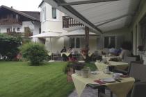 Frühstück im Garten des Garni Dornach