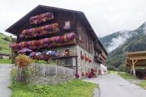 Typisch Tiroler Haus mit Blumenschmuck