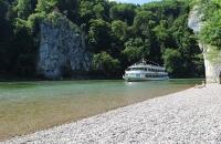 Ausflugsschiff kurz vor dem Donaudurchbruch
