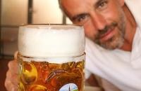 Thomas mit einem Mass Bier in Andechs