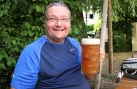Ich mit einem Mass Weissbier im Garten des Stanglbräu