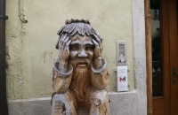 Grimmige Holzfigur in Kaltern