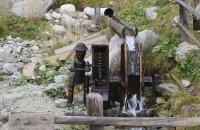 Nettes Wasserrad am Wegesrand