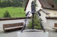 Skulptur vor der Wallfahrtskirche im Ort Unser Frau