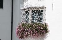 Schön geschmücktes Fenster in Sankt Michael