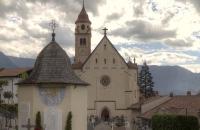 Kirche in Dorf in Tirol