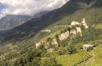 Blick auf Schloss Dorf in Tirol