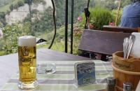 Gut gezapftes Bier im Biergarten