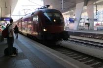 Railjet fährt am Wiener Hauptbahnhof ein
