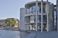 Modernes Gebäude im Reichstagsviertel