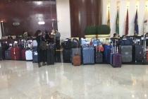 Viele Koffer einer Reisegruppe