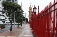Roter Zaun am Harbor von Auckland