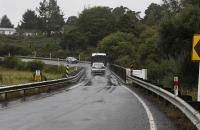 Verkehr auf der einspurigen Brücke