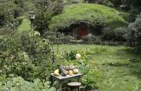 Hobbit-Bau mit Garten davor