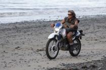 Motorradfahrer am Strand