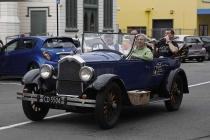 Oldtimer unterwegs mit Fahrgästen