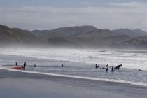 Ein Gruppe Kids beim Surflehrgang
