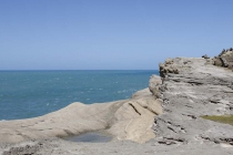 Steinformation vor blauem Meer