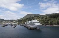 Ein Kreuzfahrtschiff im Hafen von Picton