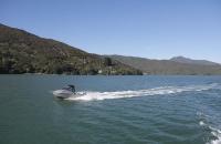 Ein schnelleres Boot beim Überholen