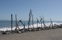 Schriftzug der Stadt Hokitika am Strand