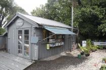 Kleiner Laden mit alten Büchern
