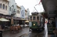 Tram fährt durch Gäßchen