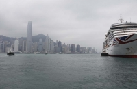 Kreuzschiff und Skyline vom Hafen