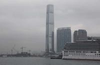 Hohes Gebäude am Hafen